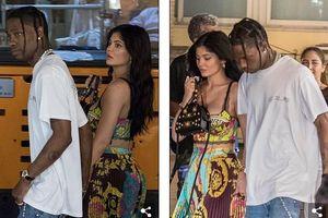 Kylie Jenner gợi cảm, ngọt ngào nắm tay bạn trai đi ăn tối ở Ý