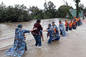 Vùng 5 Hải quân giúp dân Phú Quốc vượt đại hồng thủy