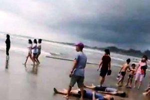 Sóng biển cuốn trôi 11 người, 4 người chết, 2 người đang mất tích