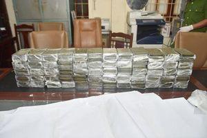 Cảnh sát đập vỡ kính ô tô, bắt nhóm đối tượng vận chuyển 120 bánh heroin từ Lào vào Việt Nam