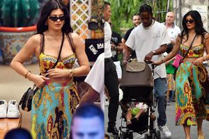 Kylie Jenner nữ tính, điệu đàng trong set váy Versace khiến dân tình 'phát sốt'