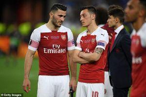 Bộ đôi Arsenal phải làm việc với cảnh sát, không đá trận gặp Newcastle