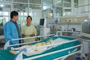 Đại diện Bộ GD&ĐT thăm và động viên 3 trẻ mầm non bị bỏng