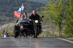 Tổng thống Putin lái xe phân khối lớn chở quan chức Crimea tại lễ hội mô tô quốc tế