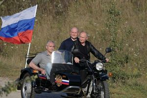 Ông Putin diện áo da cực ngầu , lái 'xít đờ ca' Ural huyền thoại
