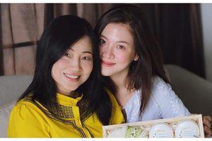 Mỹ nhân 'Chiếc lá bay' Baifern Pimchanok và mẹ đứng bên nhau trẻ đẹp như 2 chị em gái