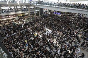 Sân bay Hong Kong chật cứng người biểu tình, toàn bộ chuyến bay bị hủy