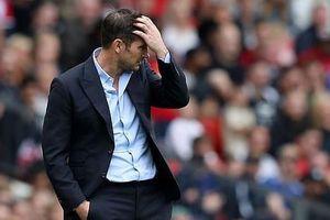 HLV Lampard ôm đầu, bất lực nhìn học trò thảm bại trước MU
