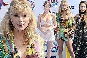 Taylor Swift chân dài gợi cảm đẹp lấn át 'thiên thần bóng tối' Jessica Alba