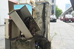 Cận cảnh tủ điện, viễn thông 'bức tử' vỉa hè, thành nơi quay vịt ở Thủ đô