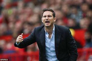 Cáu tiết với phát biểu 'ném đá' của Mourinho, HLV Frank Lampard 'bật' lại thầy cũ