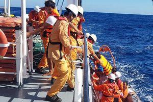 Cứu 6 ngư dân Nghệ An và Quảng Bình bị chìm tàu ở Tây Hoàng Sa