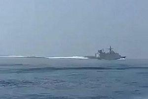 'Sốt' video tàu Iran rượt đuổi chiến hạm Anh trên Eo biển Hormuz
