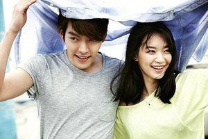 Mặc ngoài kia đầy rẫy các cặp đôi chia tay, Kim Woo Bin dù mang bệnh ung thư vẫn thể hiện tình cảm với bạn gái hơn tuổi