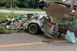 Tài xế sống sót thần kỳ sau tai nạn dù xe Toyota Corolla Altis hoàn toàn biến dạng