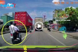 Hải Phòng: Dàn xe máy len lỏi, lạng lách, đánh võng trước đầu ô tô trên quốc lộ