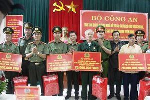 Bộ Công an trao tặng quà và nhà tình nghĩa đối với các gia đình có công với cách mạng