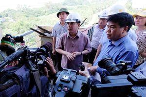Bộ trưởng Thể đi bộ thị sát trên cầu biểu tượng một thời của Hà Nội