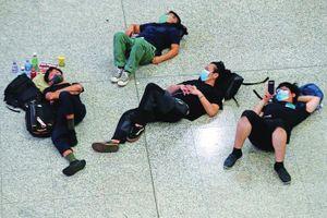 Hơn 300 chuyến bay bị hủy, khách vật vạ tại sân bay Hong Kong