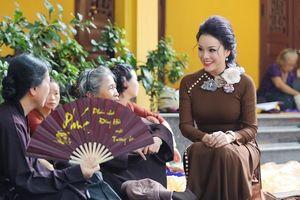 Tân Nhàn diện áo dài màu nâu sòng đi chùa lễ Vu lan