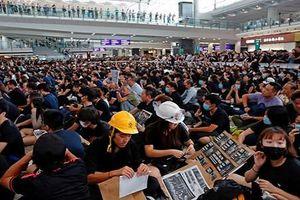 Toàn cảnh sân bay Hong Kong 'tê liệt' vì người biểu tình