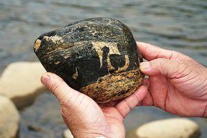Thú sưu tầm những viên đá lạ dọc bờ suối ở Quảng Ngãi