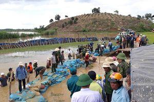 Dùng hàng ngàn bao tải đất, đá để 'vá' đê 300 tỷ đồng ở Đắk Lắk