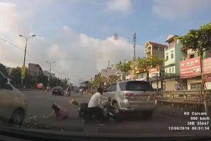 Va chạm giao thông, người phụ nữ rơi vào tình huống 'dở khóc dở cười'