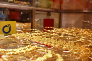 Giá vàng hôm nay 13/8: Bất ổn toàn cầu kéo giá vàng 'leo thang', vượt dốc 42 triệu đồng