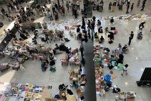 Vừa nối lại hoạt động, sân bay Hong Kong lại tuyên bố hủy chuyến