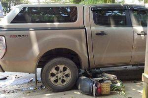 Xe máy kẹt dưới gầm ô tô bán tải, người điều khiển tử vong sau va chạm