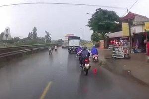 Tài xế ôtô 'phanh cháy lốp' cứu người phụ nữ ngã xe máy tại Hà Nội