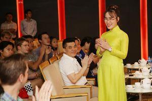 Nữ tỷ phú Việt trò chuyện cùng đoàn học sinh trường hoàng gia thế giới