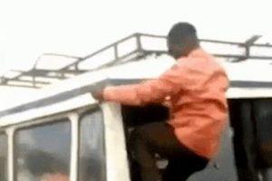 Hành khách trèo qua cửa sổ để đón xe buýt ở Tanzania