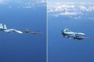 Su-27 mang vũ khí đuổi F-18 áp sát chuyên cơ ông Shoigu