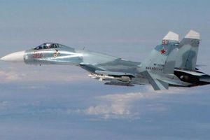 Su-27 dùng vũ khí đánh chặn tên lửa hành trình đuổi F-18