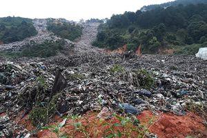 Kinh hoàng núi rác Cam Ly đổ ập xuống vườn, trại của dân