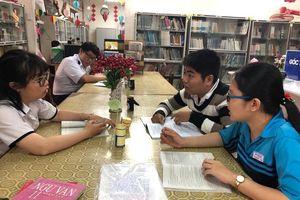 Cấm học sinh dùng điện thoại nhưng giáo viên trả lời tin nhắn liên tục trong giờ học