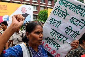 Người phụ nữ Ấn Độ bị cưỡng bức tập thể tới sảy thai, chồng phẫn uất tự tử
