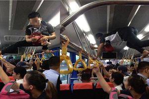 Phụ xe buýt thu tiền kiểu 'người nhện' khiến nhiều khách không dám ngước lên nhìn