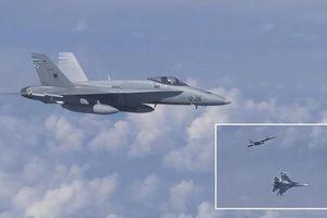 Khoảnh khắc Su-27 Nga 'xua đuổi' F-18 của NATO trên bầu trời Baltic