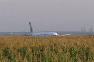 Hiện trường máy bay Airbus A321 hạ cánh khẩn tại Nga: Phép màu đã diễn ra