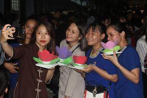 Lễ Vu lan: Bạn trẻ thả hoa đăng, cầu mong gia đình bình an