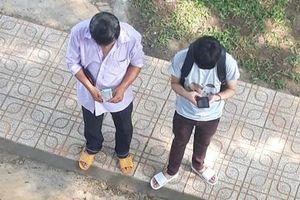 Xúc động bức ảnh người cha đếm từng đồng tiền lẻ ngày đưa con trai nhập học