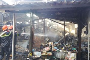 Bình Định: Cháy lớn tại chợ Cây Xăng, giải cứu thành công hai bà cháu