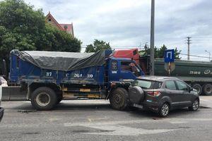 Xe tải húc 2 ô tô dừng đèn đỏ khiến 2 người nhập viện