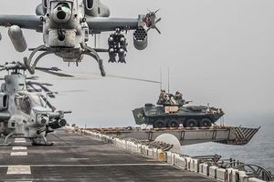 Lý do thủy quân lục chiến Mỹ đưa xe chiến đấu bọc thép lên sàn tàu tấn công đổ bộ