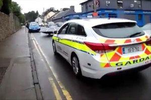 CLIP HOT (16/8): Kịch tính cảnh sát Ireland rượt đuổi UFO, vẻ ngoài 'cực phẩm' của nữ cảnh sát người Mỹ