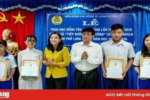 Long Xuyên: Trao học bổng Tôn Đức Thắng và quà 'Tiếp bước đến trường'