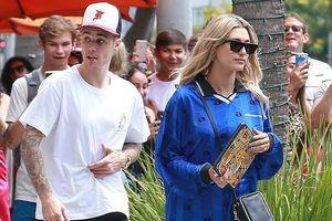 Vợ Justin Bieber sành điệu với mốt giấu quần khi đi hẹn hò cùng ông xã